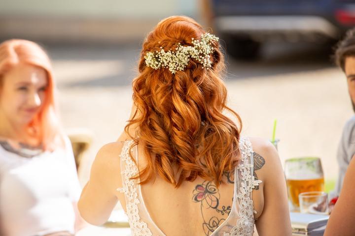 jednoduchý svatební účes s květy