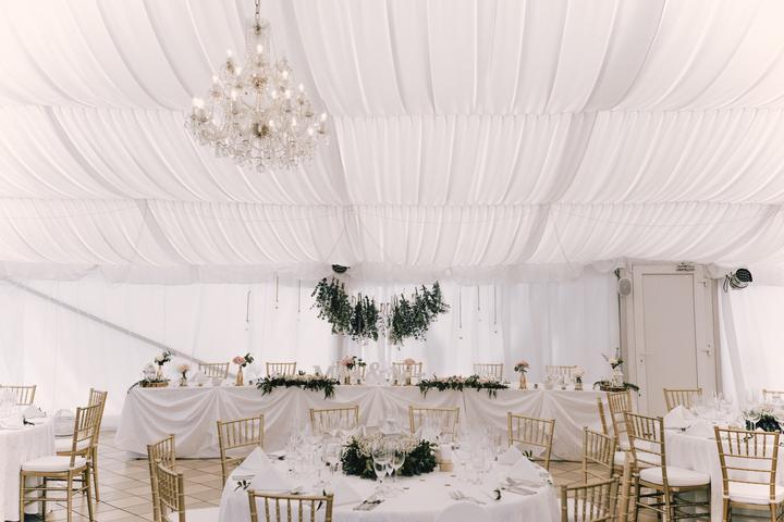 zlato-bílá svatební výzdoba ve stanu v Chateau St. Havel