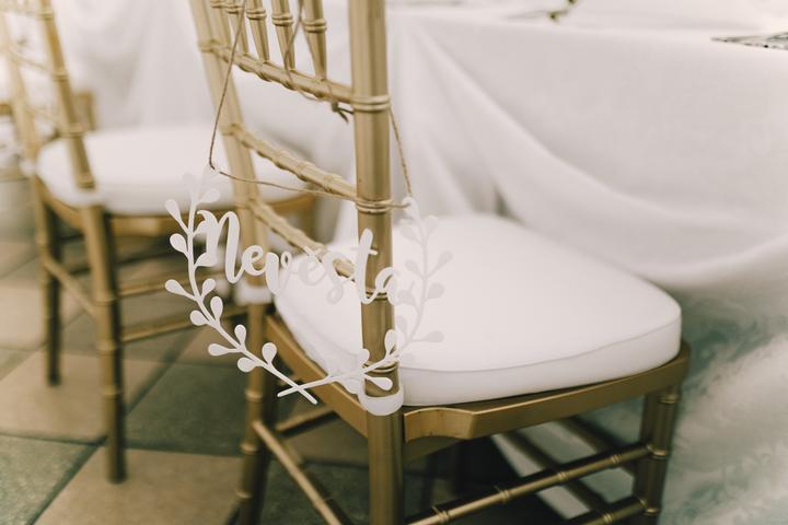 zlaté stoličky na svatbu