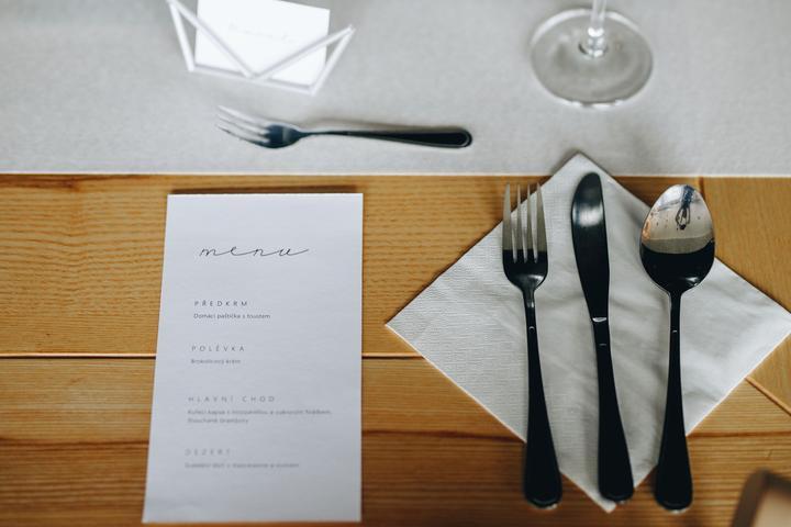 jednoduché svatební stolování