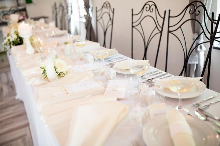 bílo-smetanová svatební výzdoba