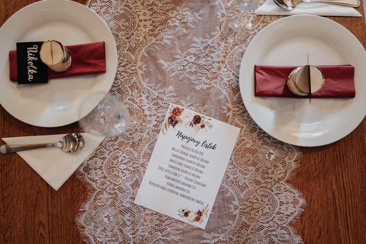 vintage bordó vínová svatební výzdoba