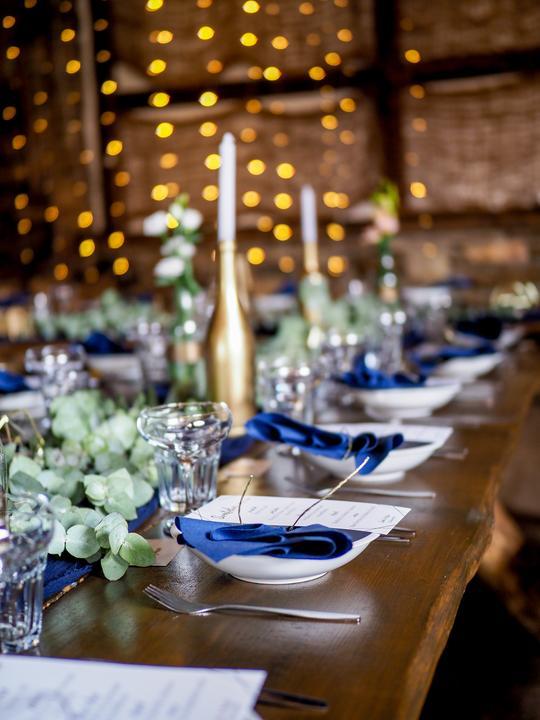 modro-zlatá svatební výzdoba na statku Opajda