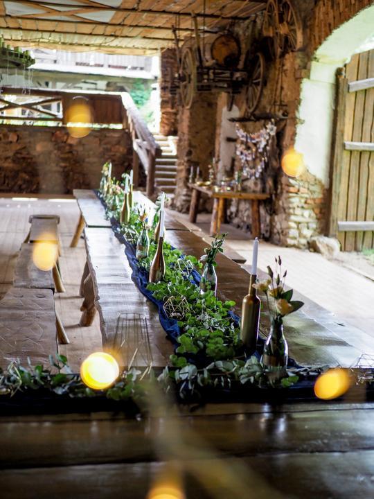 art deco svatební výzdoba v stodole