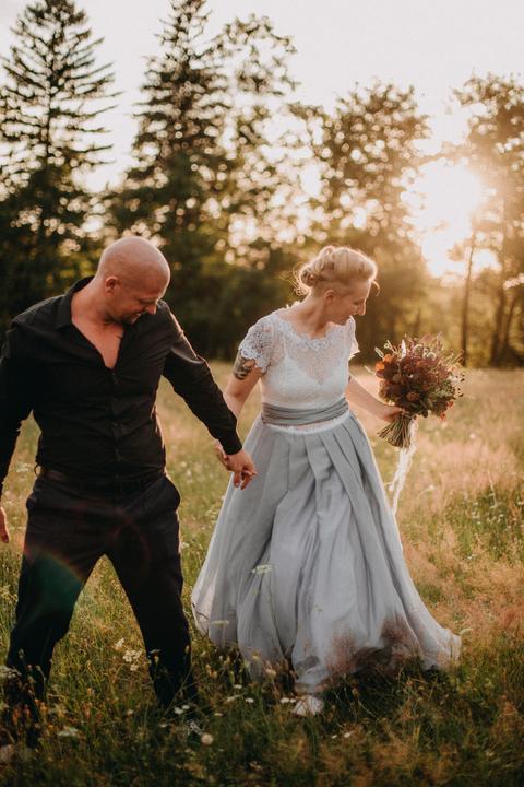 netradiční dvoudílné svatební šaty s modrou sukní