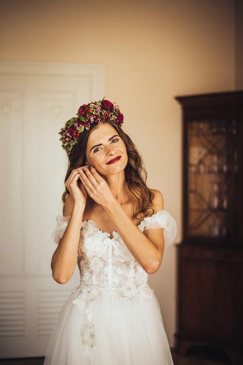 svatební účes s kvetinami a venečkem
