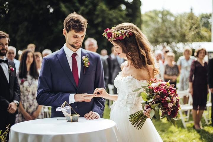 svatební obřad na záhradě