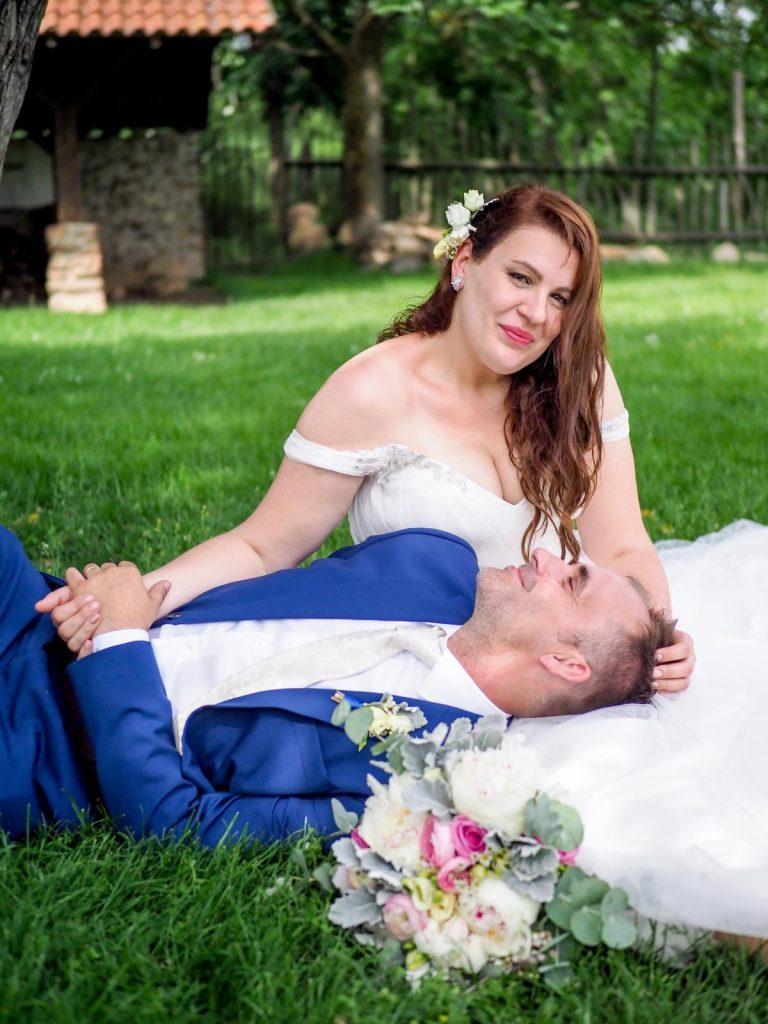 svatební šaty se spustěnými rameny