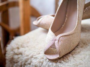 bílí svatební boty
