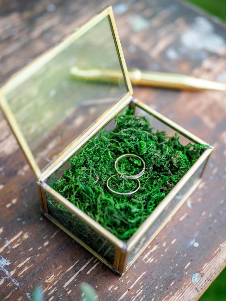 svatební prsteny ve zlatý krabičce