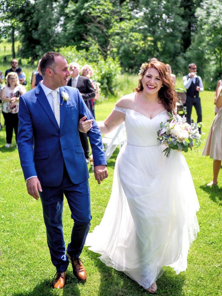 modrý oblek pro ženicha