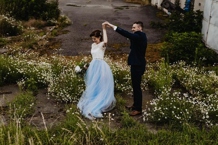 nevěsta v modrých svatebních šatech
