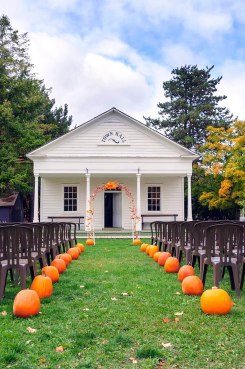 dýně v podzimní svatební výzdobě a na stole