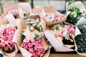 Svatební kytice z hortenzie, růže a pivoňky v růžové a mořské zelené barvě