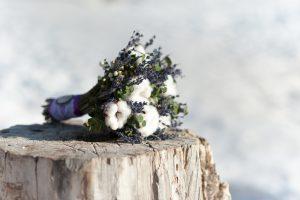 Krásné svatební kytice ležící na pařezu