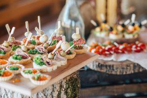 jídlo na svatbě