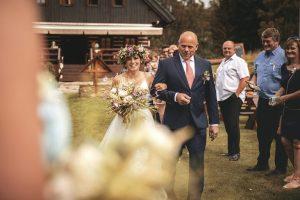 jednoduché svatební šaty pro přírodní svatbu