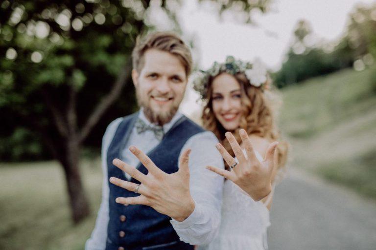 svatba v roce 2021, nevěsta a ženich s obroučkami