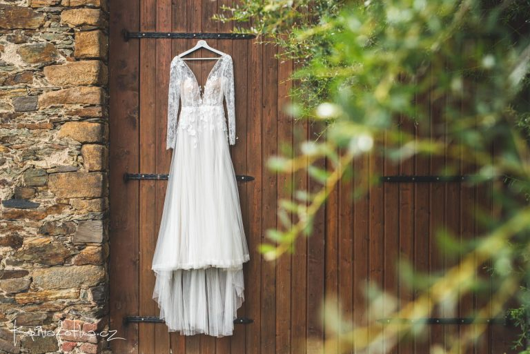 krajkové svatební šaty s rukávy