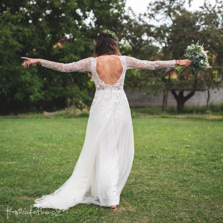 svatební šaty s holými zády