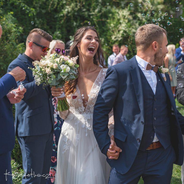 svatební obřad v exteriéru