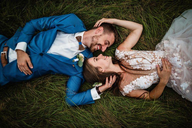 modrý svatební oblek